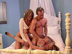 Sassy amateur model got her cunt spanked indoors threesome