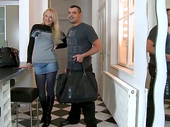 Gorgeous blond Ivana Sugar moves in Mike's place